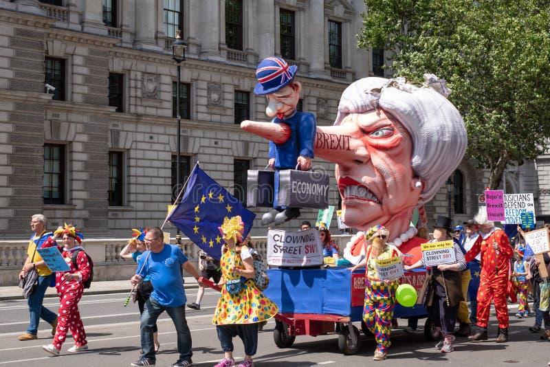 'Marzo para el cambio 'que los manifestantes antis-Brexit demuestran en Londres con una efigie de Theresa May se vistió para arri imágenes de archivo libres de regalías