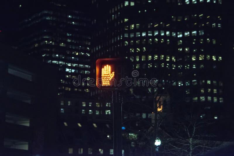 'não ande 'o sinal iluminado da mão na noite fotos de stock royalty free