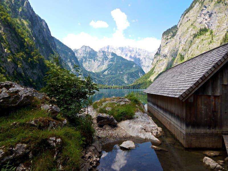 'Obersee 'en las montañas alemanas con el varadero de madera fotos de archivo