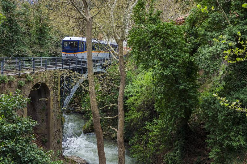 'Odontotos的火车从Zachlorou村庄通过在桥梁 免版税库存图片