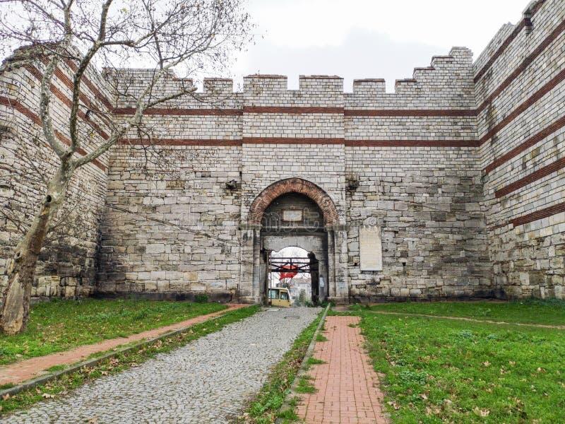 'Puerta de Mermerkule 'en el camino de la costa en Yedikule, 'puerta del palacio de Bukoleon 'abierta en el palacio bizantino, imágenes de archivo libres de regalías