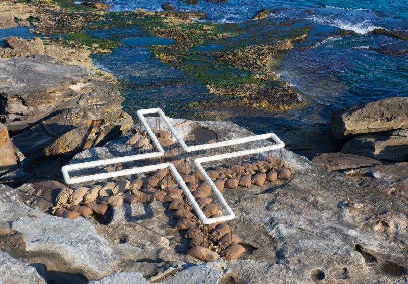 'Tierra: lugar: el sitio 'es ilustraciones esculturales de Wendy Teakel en la escultura por los acontecimientos anuales del mar l imagen de archivo