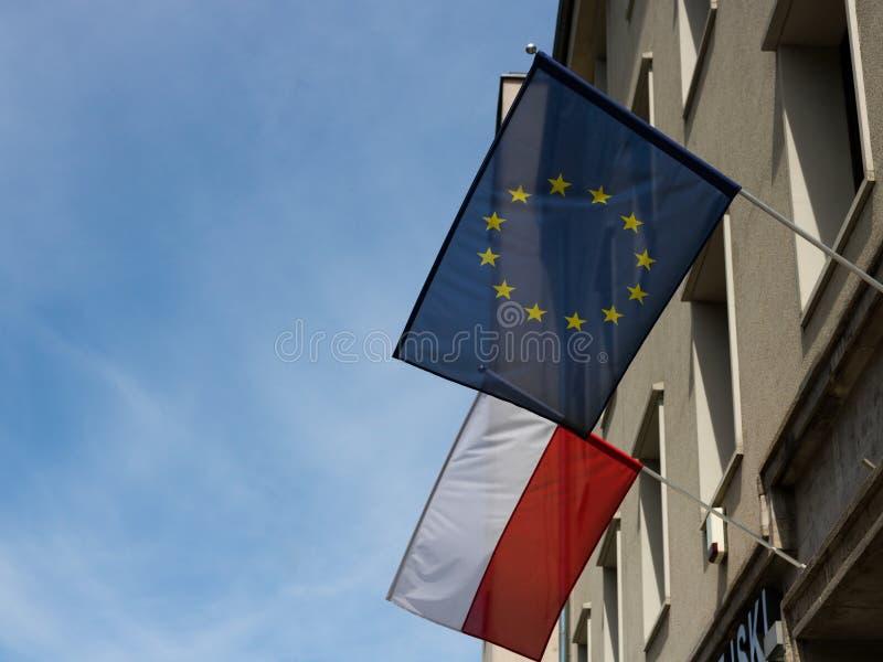 'Aw, Polonia di WrocÅ - 24 maggio 2019: Unione Europea e bandiere polacche che tessono i giorni di costruzione prima dell'elezion fotografia stock libera da diritti