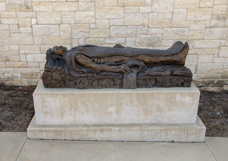 'Begraben 'durch Gib Singleton im Via Dolorosa-Skulptur-Garten des Museums der biblischen Kunst in Dallas, Texas lizenzfreies stockfoto