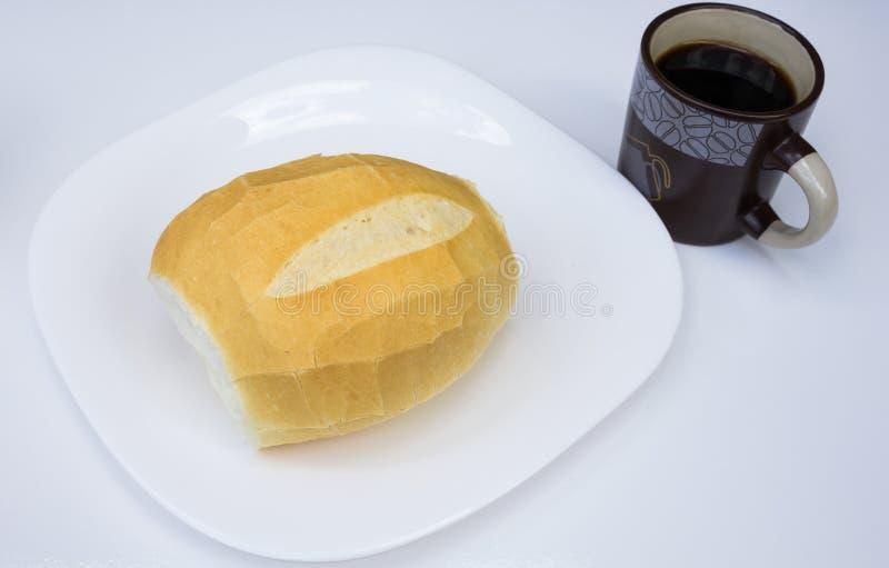 'Französisches Brot ', traditioneller Frühstück Brasilianer, diente mit Kaffee auf weißem Teller lizenzfreie stockbilder