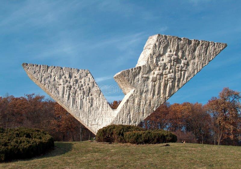'Gebroken vleugel 'monument in Kragujevac stock afbeeldingen