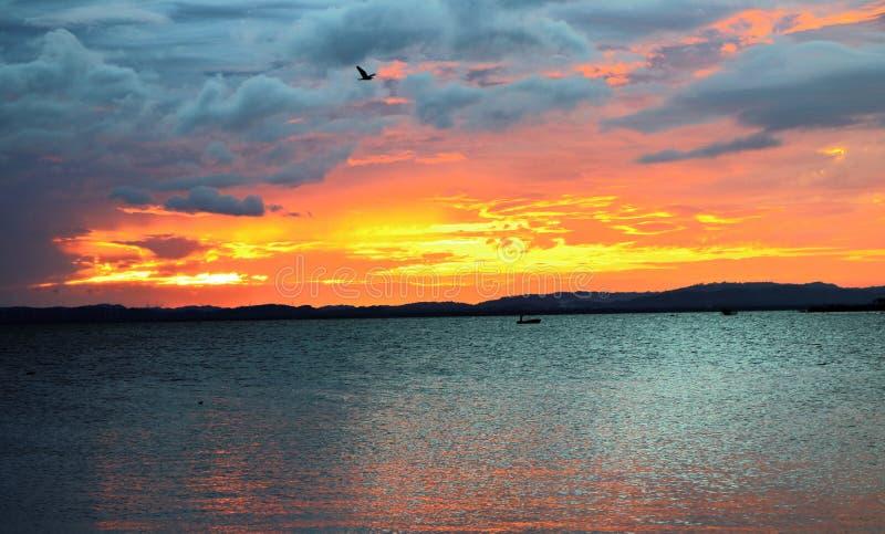 ?Hemel op brand ?: zonsondergang van het Meer van Nicaragua, Ometepe-Eiland, Nicaragua stock fotografie