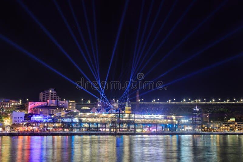 'Levendig Sydney ', festival, Sydney, Australië Zoeklichten boven de 'Rotsen ' royalty-vrije stock fotografie