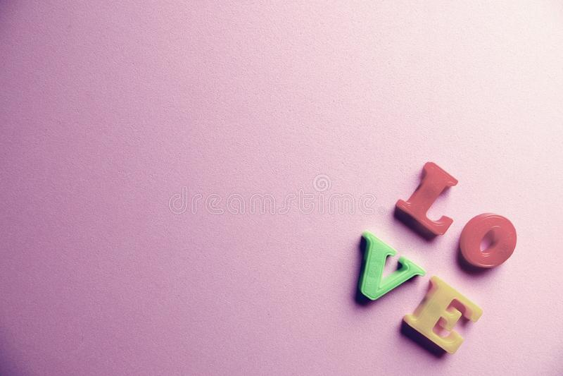 'Liebes'Wort Nahaufnahmeschuß mit einem selektiven Fokus der bunten magnetischen Buchstaben für Valentinstag stockbild