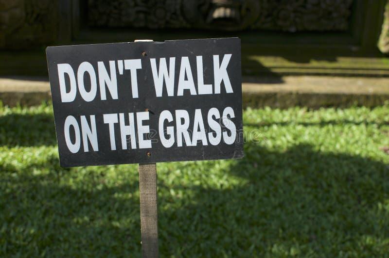 'loop niet op signage van de grassen stock afbeeldingen