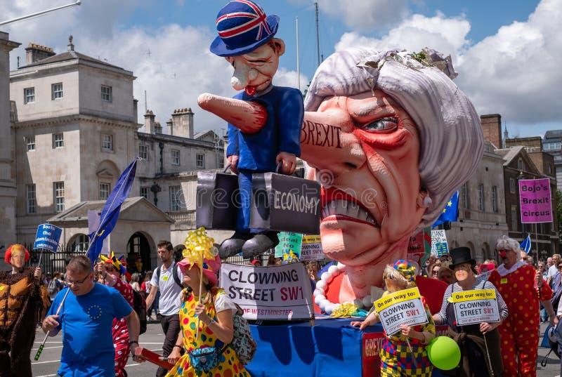 'März für Änderung ', das anti--Brexit Protestierender in London mit einem Bildnis von Theresa May demonstrieren, kleidete oben a stockfotografie