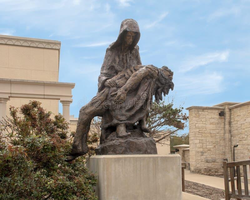 'Pieta 'durch Gib Singleton im Via Dolorosa-Skulptur-Garten des Museums der biblischen Kunst in Dallas, Texas lizenzfreie stockfotos