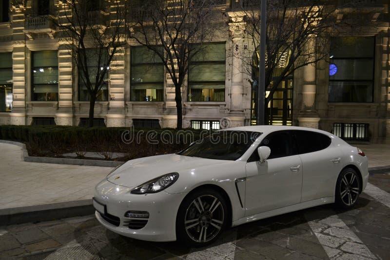 'Porsche-'Luxusparkplatz in der Straße lizenzfreie stockbilder