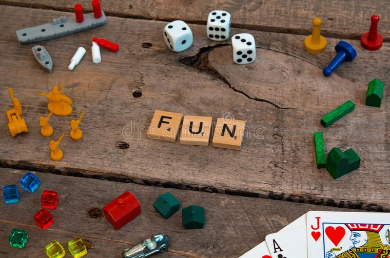 'Spaß 'machte von den Scrabblespielbuchstaben lizenzfreie stockfotos