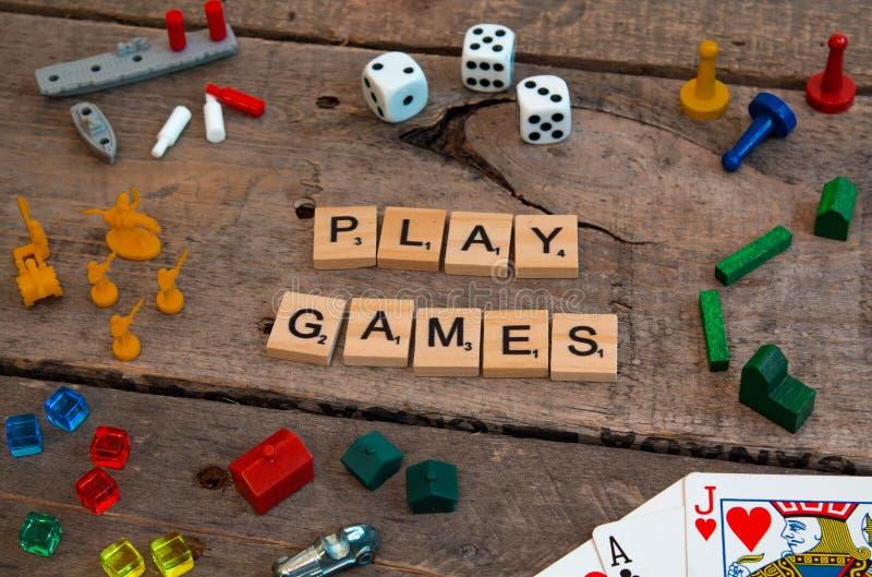 'Spielen Sie der Spiele, die von den Scrabblespielbuchstaben gemacht werden lizenzfreie stockbilder