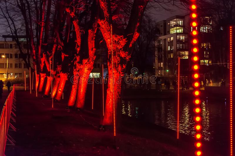 'Wald der Installation der Empfindungen während des Festivals des Lichtes 'Staro Riga stockfoto