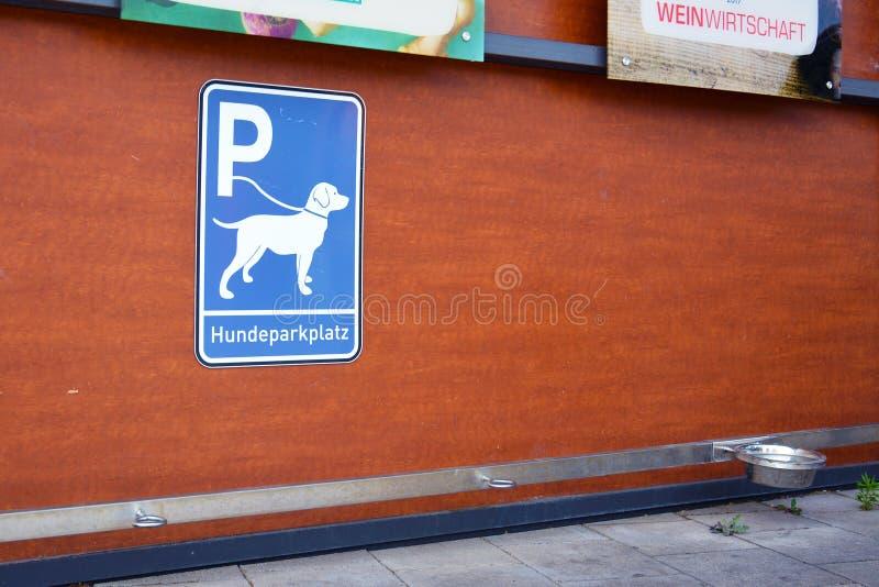 """""""Σταθμός χώρων στάθμευσης σκυλιών """"για τα σκυλιά που περιμένουν τους ιδιοκτήτες έξω από τα καταστήματα στοκ φωτογραφίες"""