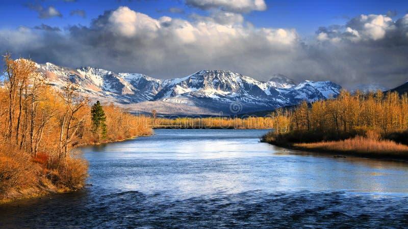 """""""Allineato in oro """", i venti di Mary River del san nel Glacier National Park nel Montana immagini stock"""