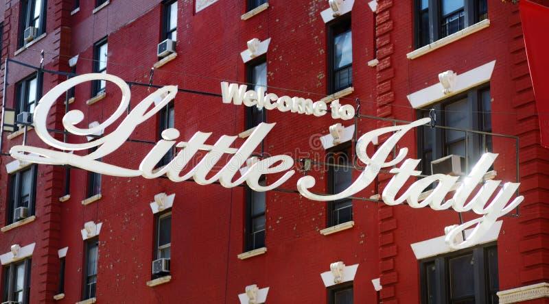 """""""Benvenuto segno in piccola Italia """"nella comunità italiana nominata Little Italia in Manhattan del centro, New York fotografia stock"""