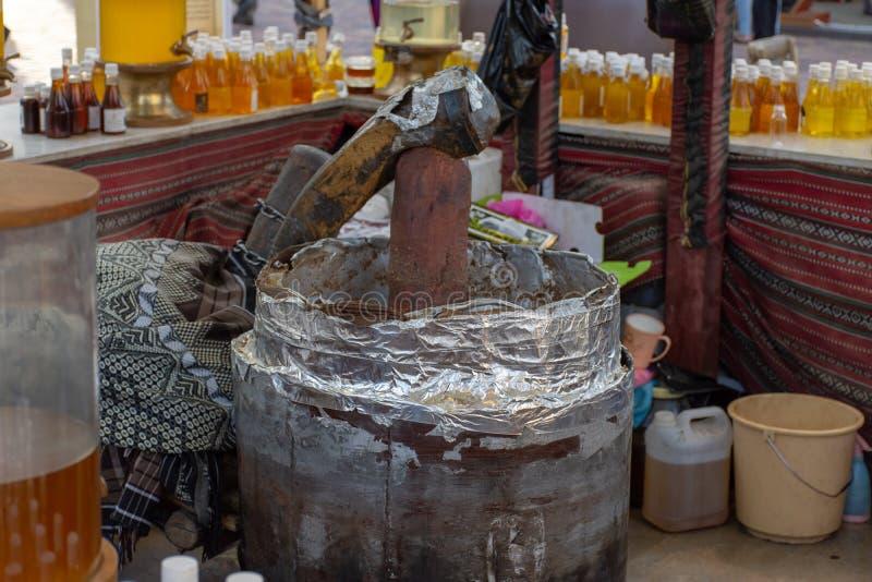 """""""Dubaï, Dubaï/Emirats Arabes Unis - 4/8/2019 : Une démonstration de presse d'huile au village global à Dubaï instruisant des pers photos libres de droits"""