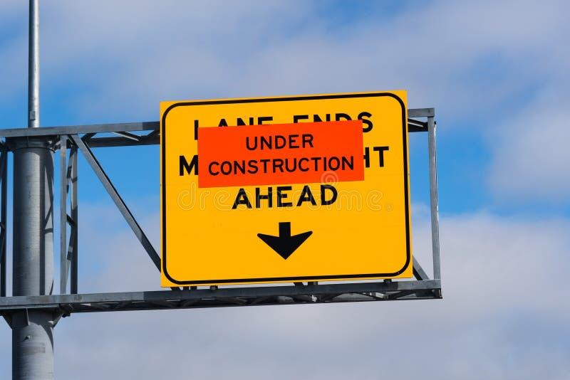 """""""L'estremità in costruzione del vicolo, si fonde direttamente davanti """"segnale stradale su un'autostrada senza pedaggio, la Calif fotografie stock libere da diritti"""