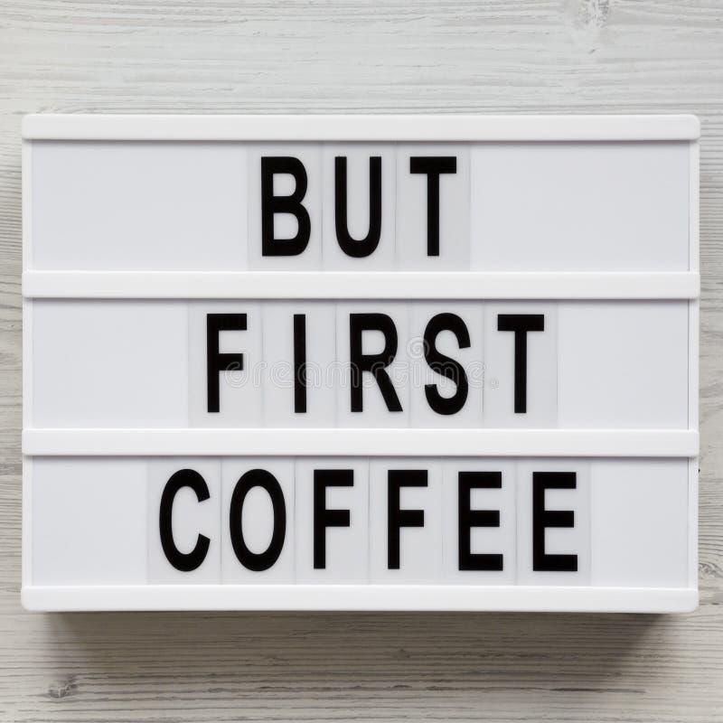 """""""Mais mots de premier café """"sur le conseil moderne au-dessus de la surface en bois blanche, vue supérieure Configuration a?rienne photo stock"""