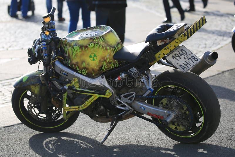 """""""Motociclo su ordinazione di progettazione nucleare """"sul quadrato del palazzo su una sera soleggiata fotografia stock"""