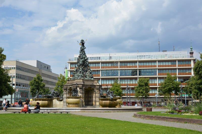 """""""Paradeplatz chiamato piazza con la fontana con la grande scultura chiamata """"Grupello-piramide """" fotografia stock libera da diritti"""