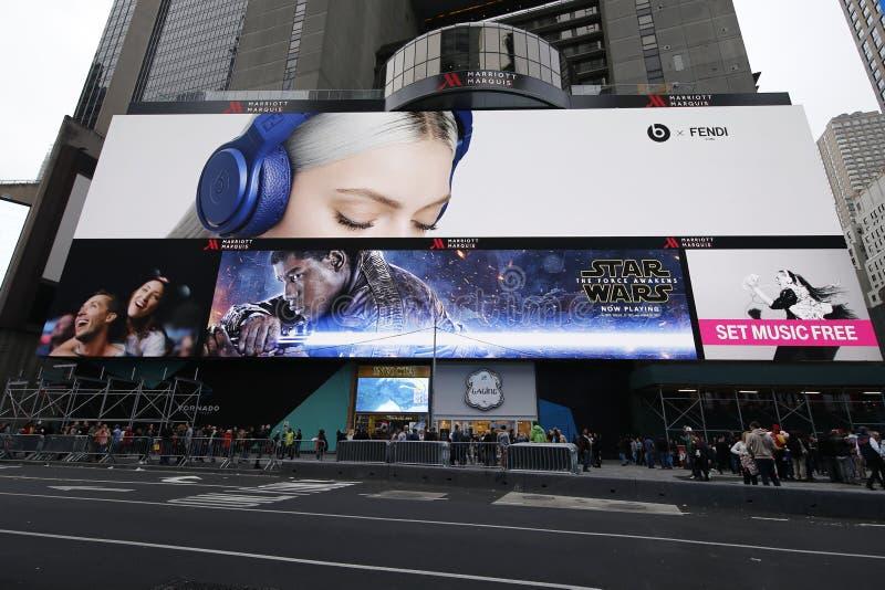 """""""Star Wars: A força desperta do"""" o quadro de avisos filme em Broadway foto de stock royalty free"""