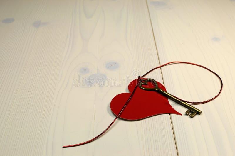 """""""Tasto concetto di amore al mio cuore"""", con il tasto di forma del cuore dell'oro ed il cuore rosso sulla tabella di legno elegante immagine stock libera da diritti"""