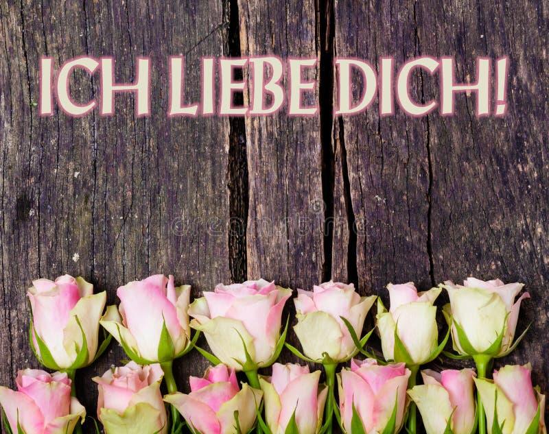 """""""Ti amo """"e rose rosa su legno fotografia stock libera da diritti"""