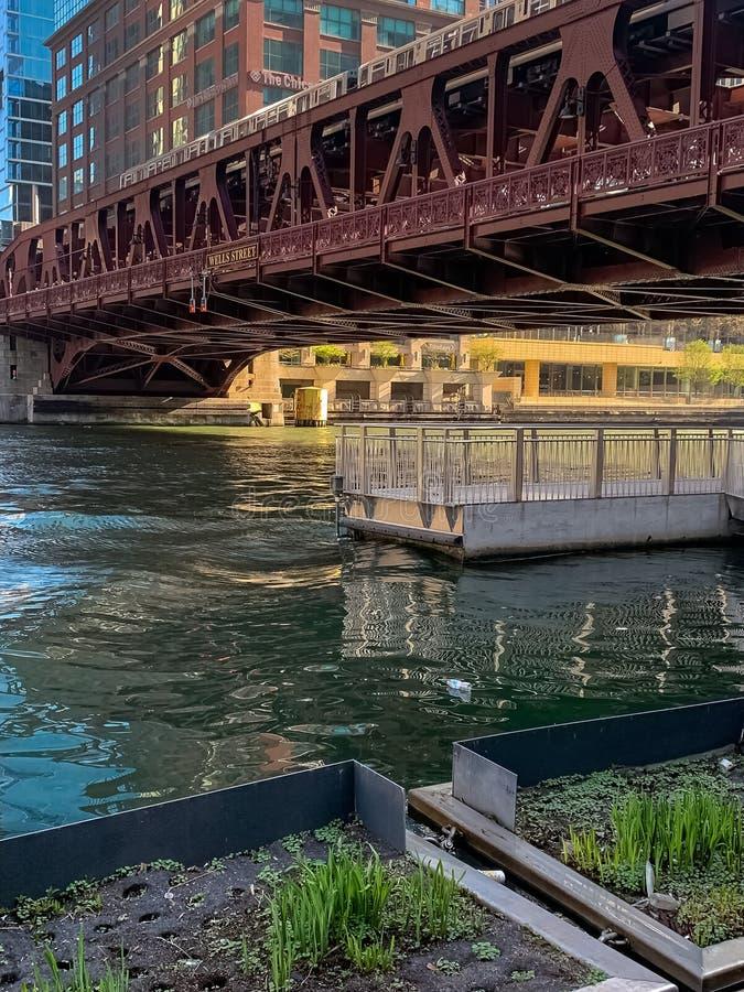 """""""Train élevé d'EL croisant la rivière Chicago où flotteurs en plastique d'une bouteille photos libres de droits"""