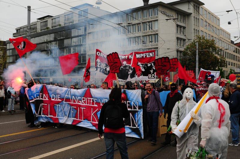 """""""Для наших прав пунш крыла leeft """"написан на плакате протестующих на национальном Дне труда стоковые изображения rf"""