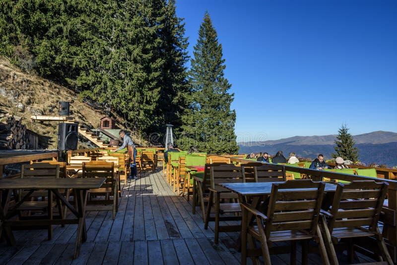 """""""Ла Ceaunu """"Crapat """", традиционный румынский ресторан на 1400m в горах Bucegi стоковые изображения"""
