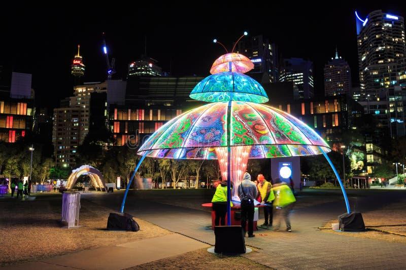 """""""Фестиваль яркого Сиднея """" Скульптура в парке стоковое фото rf"""