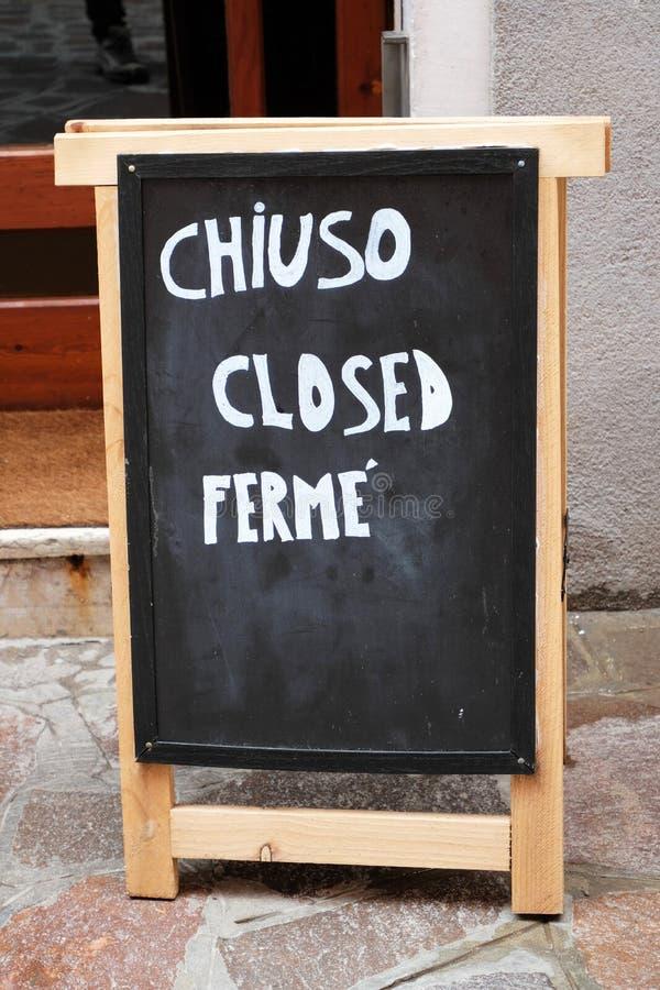 """""""chiuso """", """"закрытый """", знак """"ferme """"написанный в 3 языках: Englih, итальянский и французский стоковые изображения"""
