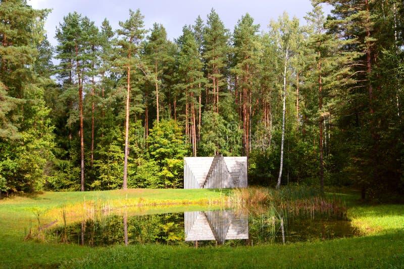 """""""Dubbele negatieve piramide"""" door LeWitt Europosparka's vilnius litouwen royalty-vrije stock afbeeldingen"""