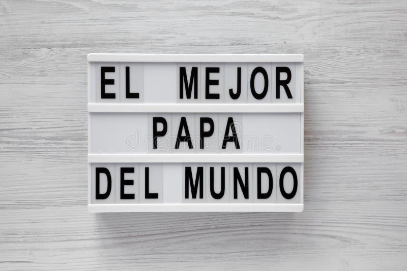 """""""El слова Mejor Папы Del Mundo """"на современной доске над белой деревянной поверхностью, взглядом сверху r стоковое фото rf"""