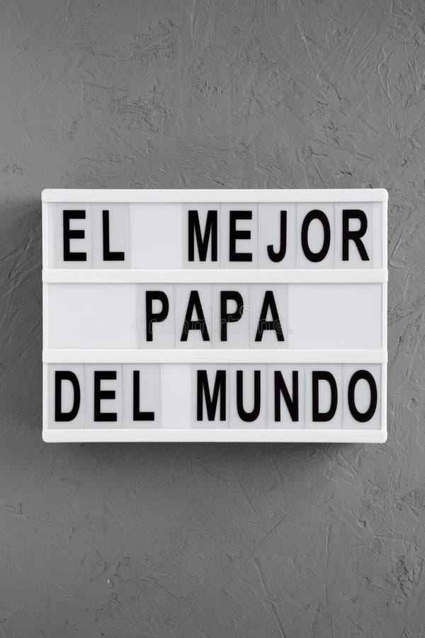 """""""El слова Mejor Папы Del Mundo """"на современной доске над конкретной предпосылкой r День отца стоковое фото"""
