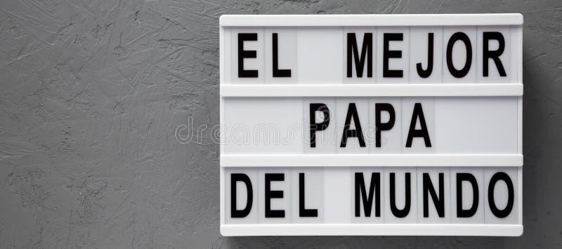 """""""El слова Mejor Папы Del Mundo """"на современной доске над серой поверхностью r День отца r стоковые фото"""