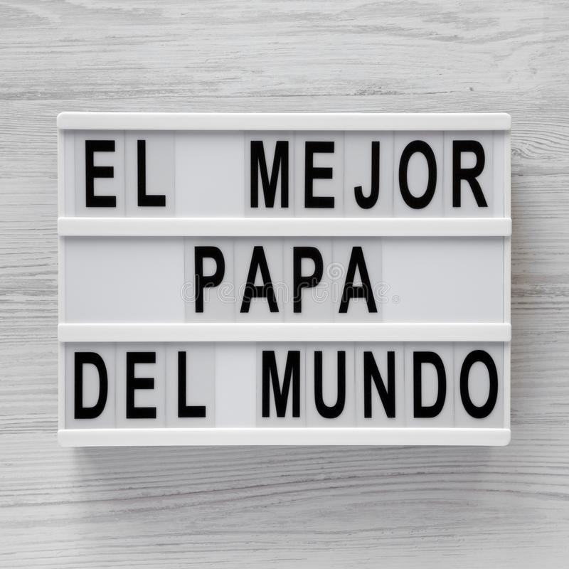 """""""El слова Mejor Папы Del Mundo """"на lightbox над белой деревянной предпосылкой, взглядом сверху r стоковое фото rf"""