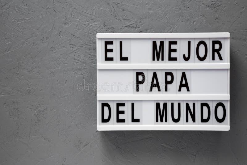 """""""El слова Mejor Папы Del Mundo """"на lightbox над серой поверхностью r День отца r стоковое изображение rf"""