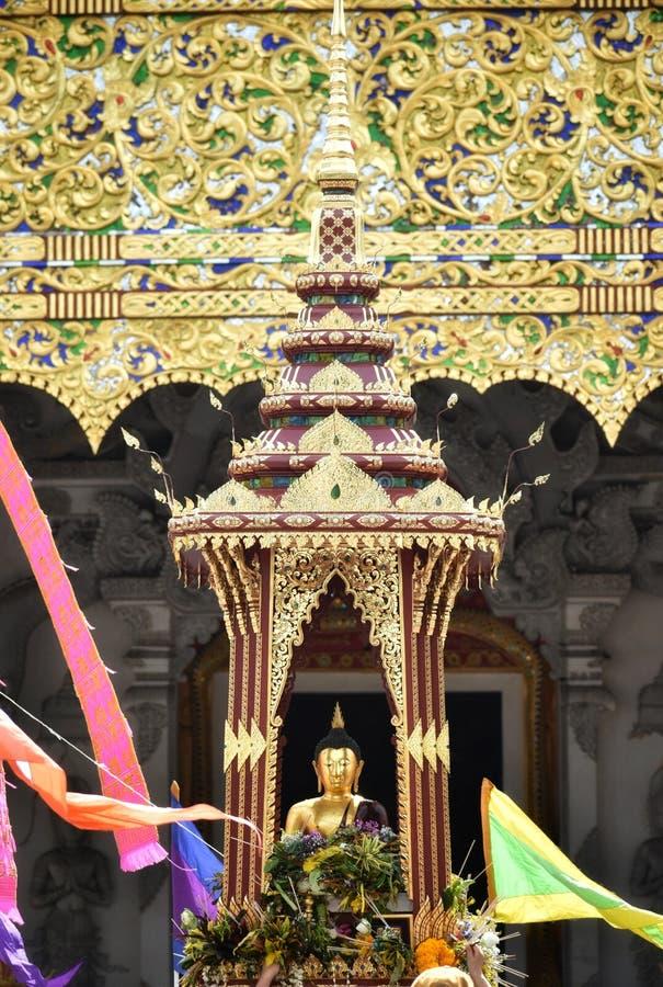 """""""Pra Chao Fon Сан Ha """"от виска Chang Tam в фестивале Sai Khan Dok штендера города Inthakin стоковые изображения"""