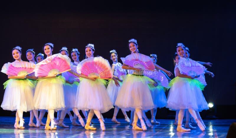 ‰ Do ¼ do ˆcollectiveï do ¼ de Jasmine Flowersï - bailado nacional chinês fotos de stock royalty free