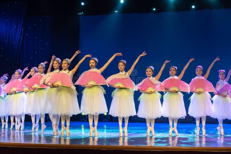 ‰ Do ¼ do ˆcollectiveï do ¼ de Jasmine Flowersï - bailado nacional chinês fotografia de stock royalty free