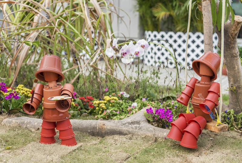 ‹De doll†de jouet dans le jardin d'arrière-cour image stock