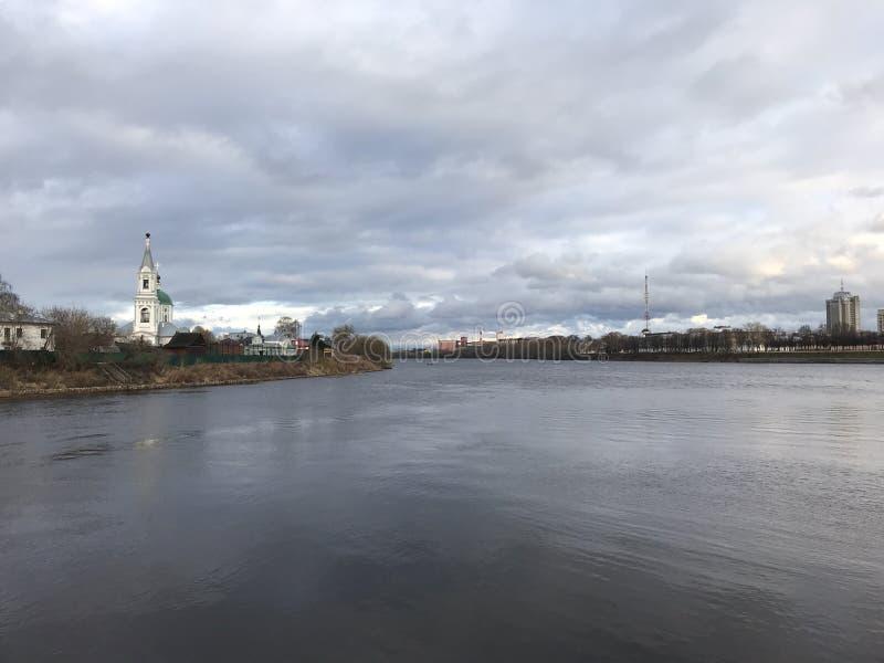 ‹Tver & x27 för †för ‹för stadsstadsâ€; mun av den Tvertsa floden, kloster ‹Tver & x27 för â€; mun av den Tvertsa floden, kl royaltyfri foto