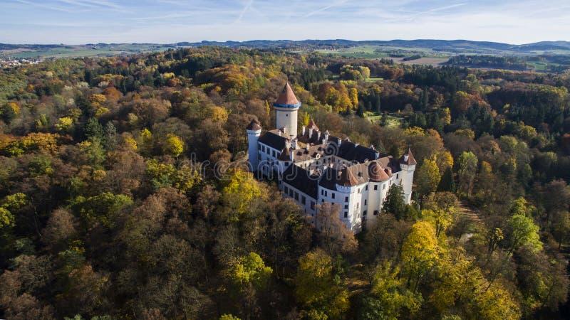 › För KonopiÅ ¡ tÄ - flyg- surrsikt av den tjeckiska slotten royaltyfri fotografi