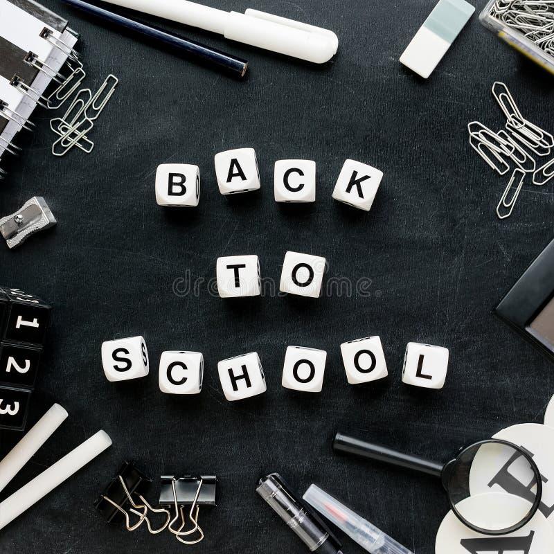 €œBack preto e branco das fontes e das palavras de escola ao  do school†fotos de stock royalty free