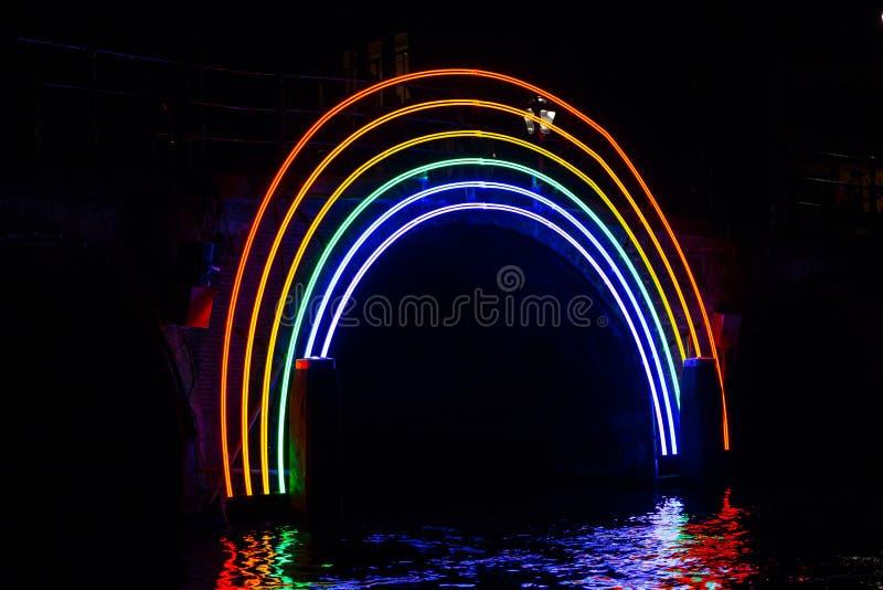 €œBridge illuminato del  di Rainbow†di notte al festival della luce di Amsterdam fotografia stock
